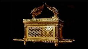 Theo Kinh Thánh, hòm giao ước (Ark of the Covenant) là một kho báu linh thiêng bởi nó do Chúa Jesus tạo ra.