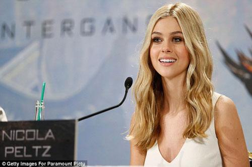 Nữ diễn viên Nicola Peltz sinh năm 1995 tại Mỹ nhưng có gốc Nga lai Do Thái, Đức và Anh. Cô là con gái của cựu siêu mẫu Claudia Heffner và tỷ phú Nelson Peltz.