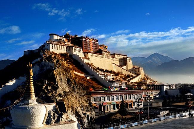 Potala - cung điện kỳ vĩ nổi tiếng nhất Tây Tạng nằm ở thành phố Lhasa hấp dẫn du khách trong và ngoài nước ghé thăm mỗi năm. Đây là công trình kiến trúc tiêu biểu của Phật giáo Tây Tạng.