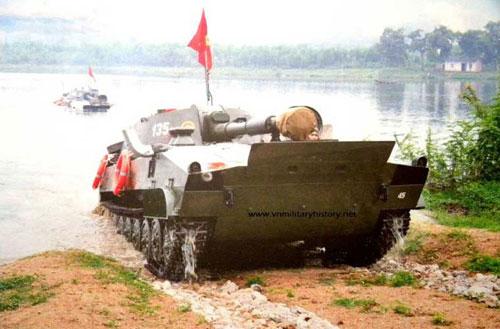 Pháo tự hành bánh xích (phân biệt với pháo tự hành bánh lốp mà quân đội ta đã tự phát triển) là một trong những loại hỏa khí mạnh mẽ nhất của pháo binh Việt Nam. Chúng nổi bật với khả năng cơ động cao trên nhiều loại địa hình, thậm chí là có khả năng bơi, trang bị pháo hạng nặng có tầm bắn hàng chục km. Ảnh: Vnmilitaryhistory