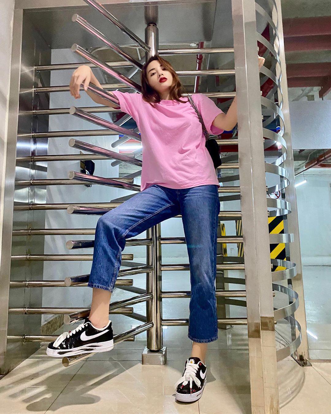 Chỉ cần áo phông trơn với quần jeans Kỳ Duyên vẫn ấn tượng nhờ đôi sneakers hoa cúc đình đám. Nhìn kỹ chút cũng thấy đôi sneakers này của Kỳ Duyên bắt đầu bạc đôi ba phần rồi.
