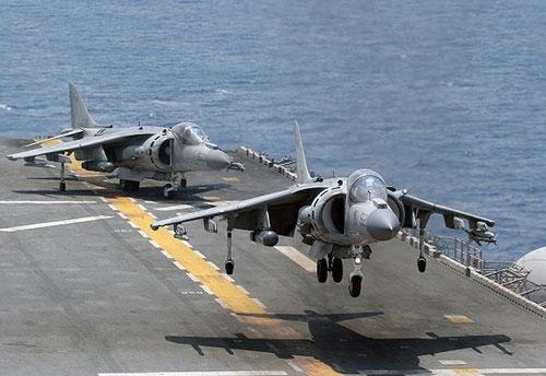 Những cường kích AV-8B Harrier là chiến đấu cơ chủ lực trên tàu tấn công đổ bộ USS Bataan của Hải quân Mỹ đang trên đường đến gần Iran.
