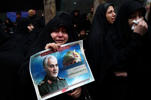 Người dân cầm ảnh Tướng Soleimani trong lễ tưởng niệm ông tại Tehran, Iran hôm 4/1. (Ảnh: Reuters)