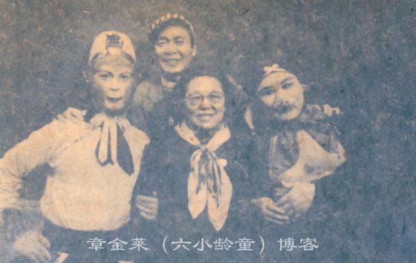 Bà Nguyễn Nhược Lâm (giữa) chụp ảnh lưu niệm cùng Ngộ Không (Lục Tiểu Linh Đồng - trái), Bát Giới (Mã Đức Hoa - phải) và Sa Tăng (Diêm Hoài Lễ - trên)