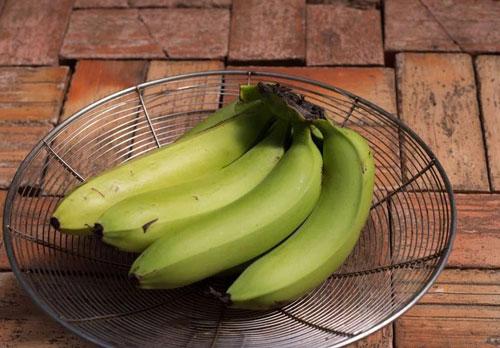 Chuối: Ăn chuối chưa chín hẳn có thể gây táo bón, vì chuối chưa chín chứa nhiều tinh bột khó tiêu hóa. Trẻ sơ sinh và trẻ nhỏ cũng có thể bị táo bón nếu ăn nhiều chuối.