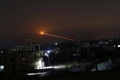 Phòng không Syria hoàn toàn bất lực trước cuộc tấn công của máy bay Israel. Ảnh: North Press Agency.