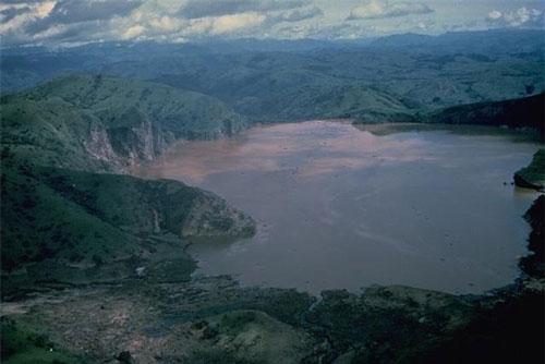 """""""Hồ tử thần"""" Nyos nổi tiếng Cameroon là vùng đất nguy hiểm trên thế giới. Nguyên do là bởi nơi đây từng diễn ra một thảm kịch rùng rợn khiến hơn 1.700 chết."""