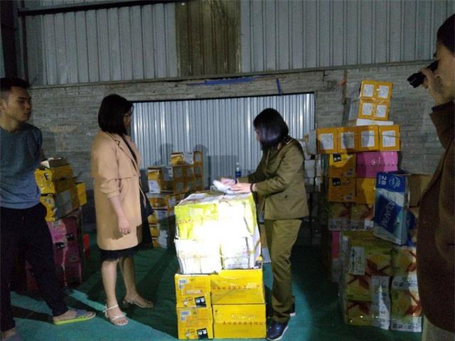 Lào Cai: Thu giữ 1,1 tấn bánh kẹo phục vụ Tết không rõ nguồn gốc - Ảnh 1.