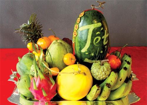Mâm ngũ quả gồm 5 loại quả có màu sắc khác nhau