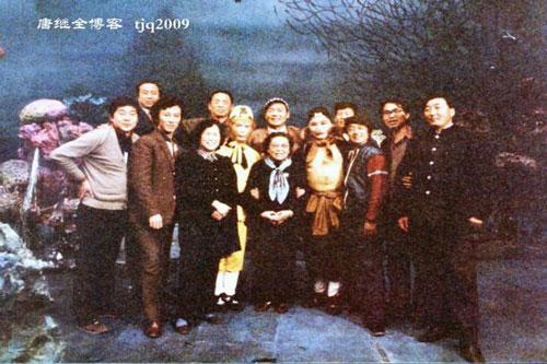 Anh em đoàn phim Tây Du Ký trong thời gian quay tại Nhà hát Nghệ thuật Quân đội Bắc Kinh và được bà Nguyễn Nhược Lâm (giữa) - giám đốc trung tâm truyền hình đài CCTV đến hỏi thăm