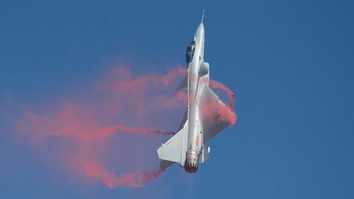 """Tiêm kích J-10C biểu diễn động tác nhào lộn """"rắn hổ mang"""" chỉ với 1 động cơ. Ảnh: Sina."""