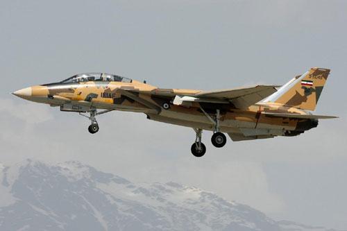 Đầu tiên là hai loại máy bay chiếm ưu thế trên không của Iran, trong đó có khoảng hơn một nửa là các chiến đấu cơ F-14 Tomcat do Mỹ sản xuất. Iran có được loại máy bay này từ trước khi tiến hành Cách mạng Hồi giáo. Tới nay trong kho của Iran vẫn còn khoảng 40 chiếc loại này. Nguồn ảnh: Pinterest.