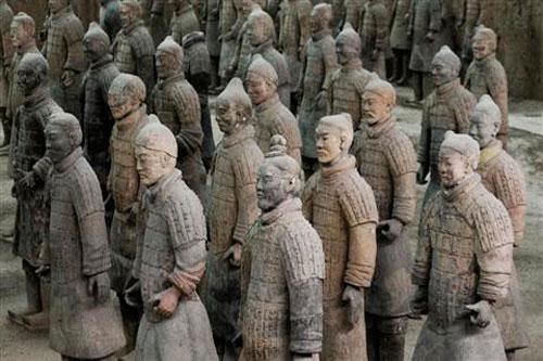 Năm 1974, một nông dân tình cờ phát hiện lăng mộ Tần Thủy Hoàng tại Tây An, Thiểm Tây, Trung Quốc khi đào giếng. Theo đó, lăng mộ Tần Thủy Hoàng được tìm thấy nguyên vẹn sau nhiều thế kỷ.