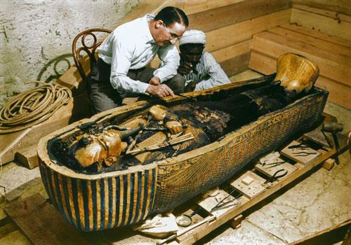 Vào năm 1922, nhà khảo cổ Howard Carter và các cộng sự tìm thấy lăng mộ của Tutankhamun - pharaoh vĩ đại nhất Ai Cập cổ đại tại Thung lũng các vị vua Ai Cập.