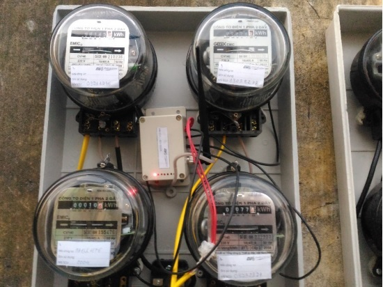 Một tủ công tơ cơ khí của dự án thử nghiệm được trang bị thiết bị cảm biến chuyển đổi vòng quay thành số điện và thiết bị thu thập - truyền dữ liệu về trung tâm qua mạng LoRaWAN.