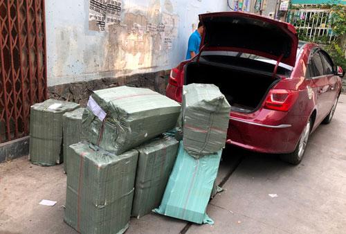 TP.HCM: Ô tô chở thuốc lá lậu tông sập cửa nhà để tẩu thoát
