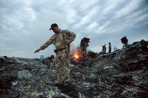 Đầu tiên và cũng là gần đây nhất chính là vụ rơi máy bay mang số hiệu MH17 của Hãng hàng không Malaysia khi bay trên bầu trời Ukraine. Nguồn ảnh: BI.