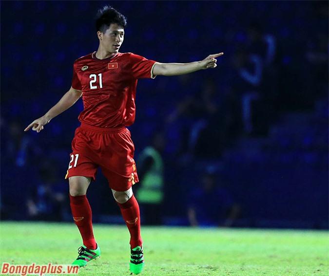 Đình Trọng cho thấy sự khác biệt về đẳng cấp phòng ngự so với phần đông còn lại nơi hàng thủ của U23 Việt Nam - Ảnh: Minh Tuấn