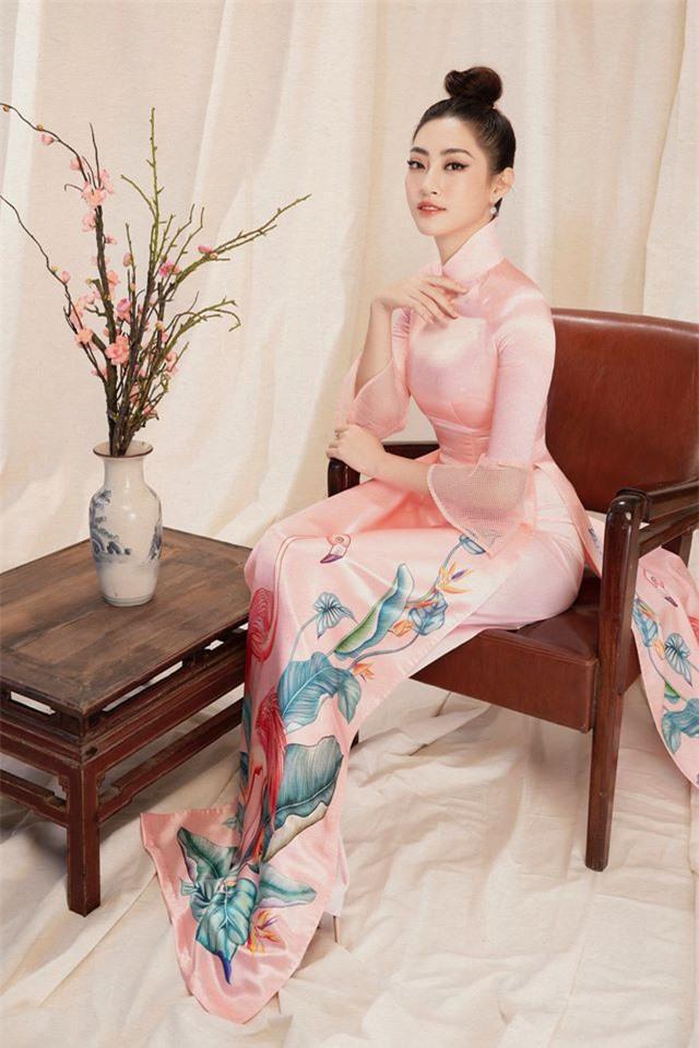 Bộ ảnh mới đong đầy sắc xuân của Lương Thuỳ Linh: Diện áo dài nền nã, túi búi cao khoe nhan sắc cực xinh đẹp! - Ảnh 5.