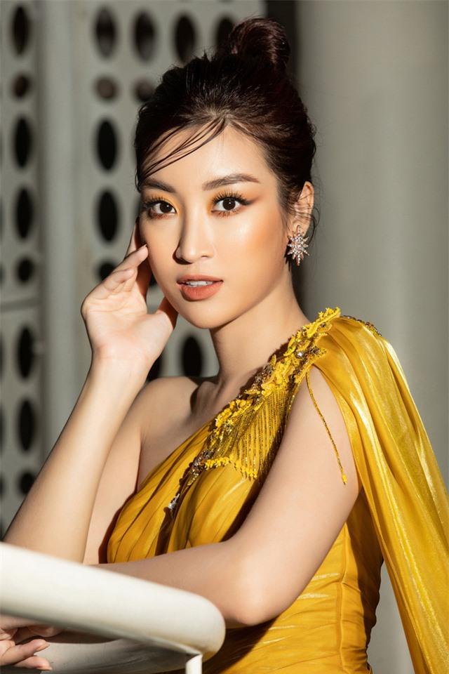 Đỗ Mỹ Linh tự tin đọ sắc với hai Hoa hậu thế hệ 2K - Ảnh 1.