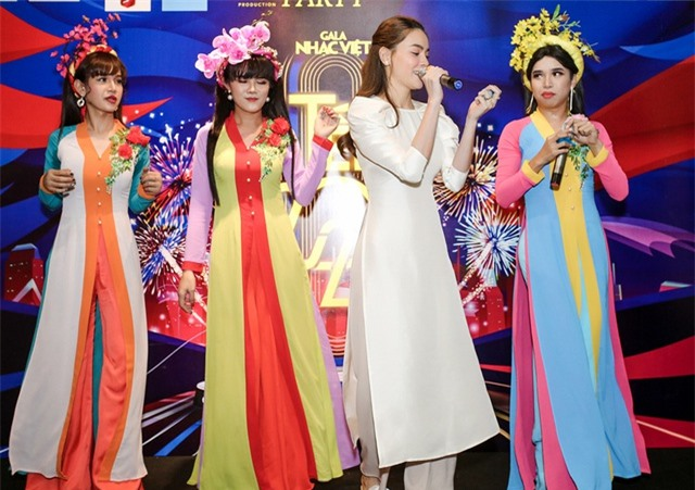 Hồ Ngọc Hà ngại ngùng khi hát lô tô cùng đoàn nghệ sĩ chuyên nghiệp - 6