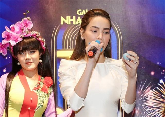 Hồ Ngọc Hà ngại ngùng khi hát lô tô cùng đoàn nghệ sĩ chuyên nghiệp - 7
