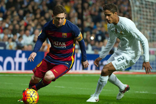 Messi (trái) và Varane.
