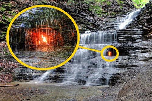 Hàng năm, nhiều du khách ghé thăm Khu bảo tồn Shale Creek thuộc công viên Chestnut Ridge, New York, Mỹ đều không thể bỏ qua thác nước bên trong có ngọn lửa cháy mãi không tắt.