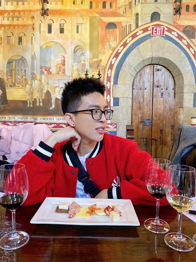 Con trai Hoa hậu Thu Hoài được chú ý vì vẻ ngoài điển trai hệt như nam chính phim ngôn tình - Ảnh 5.