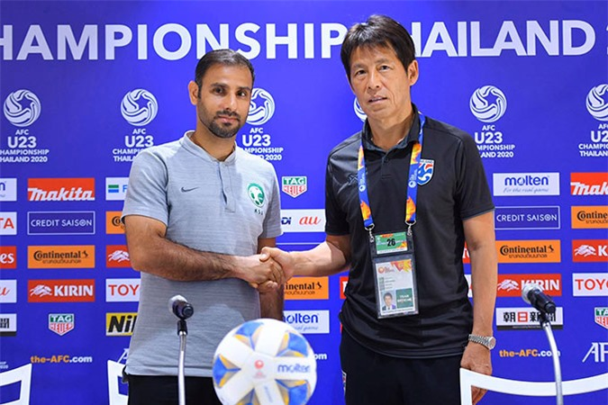 HLV của U23 Saudi Arabia (trái) dè chừng U23 Thái Lan