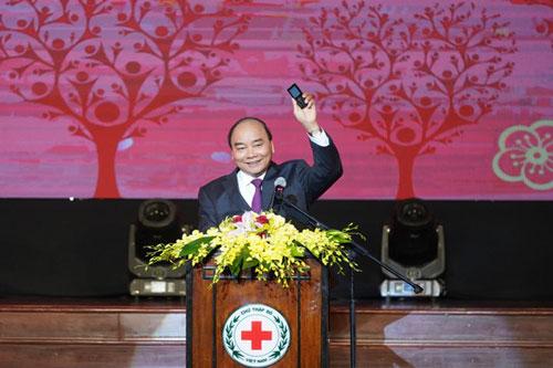 Thủ tướng Nguyễn Xuân Phúc nhắn tin ủng hộ người nghèo. (Ảnh: VGP)