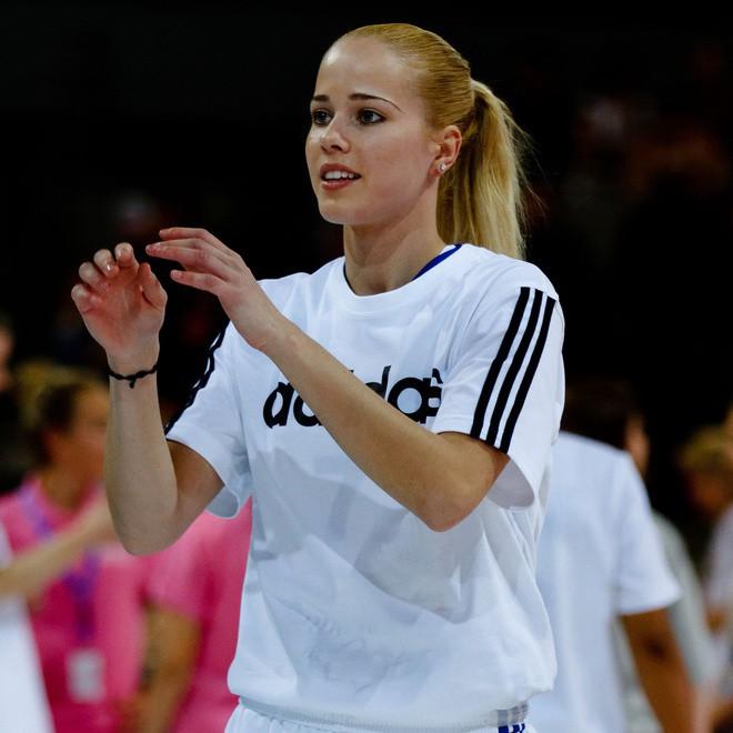 Antonija Misura (sinh năm 1988, người Croatia) là cầu thủ chuyên nghiệp chơi cho CLB Ba Lan CCC Polkowice và đội bóng rổ quốc gia Croatia. Cô từng khoác áo tuyển quốc gia tại Mediterranean Games 2009 (đại hội thể thao được tổ chức 4 năm một lần cho các quốc gia ở vùng Địa Trung Hải), EuroBasket Women 2011, Olympic London 2012 và EuroBasket Women 2013. Ảnh: Wikimedia Commons.