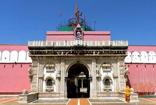 Tọa lạc tại thị trấn Deshnok trong sa mạc Thar ở Ấn Độ đền Karni Mata là ngôi đền được cả thế giới biết đến nhờ... những con chuột.