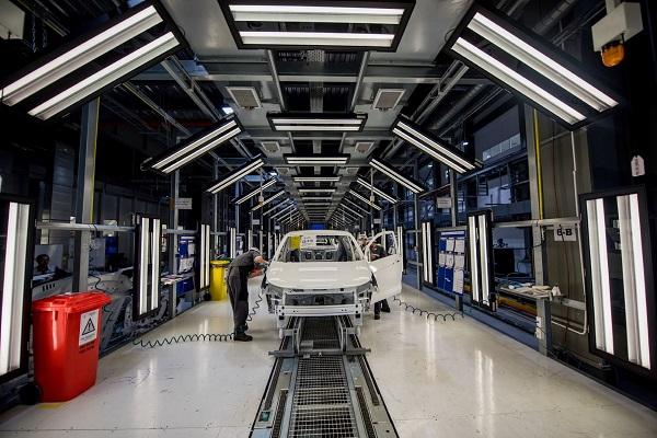 Nhà máy ô tô VinFast ở Cảng Đình Vũ, Hải Phòng có công suất 250.000 xe/năm; nhà máy xe máy điện là 500.000 xe/năm.