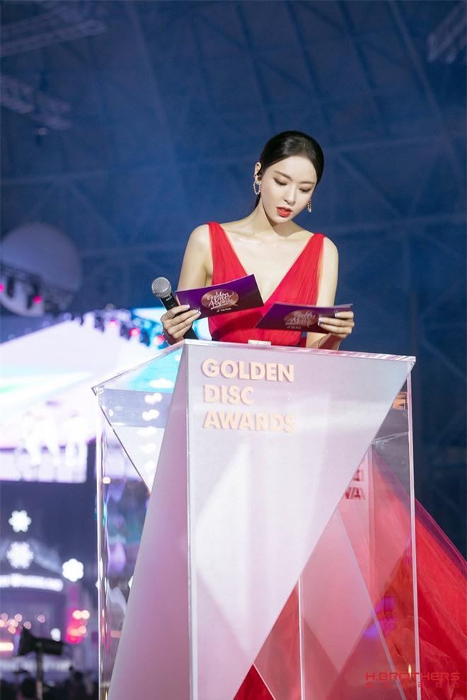 Ảnh hậu trường của ác nữ Lee Da Hee ở Grammy Hàn: Đẹp cỡ nào mà lấn át cả Kim Tae Hee và BTS? - Ảnh 11.