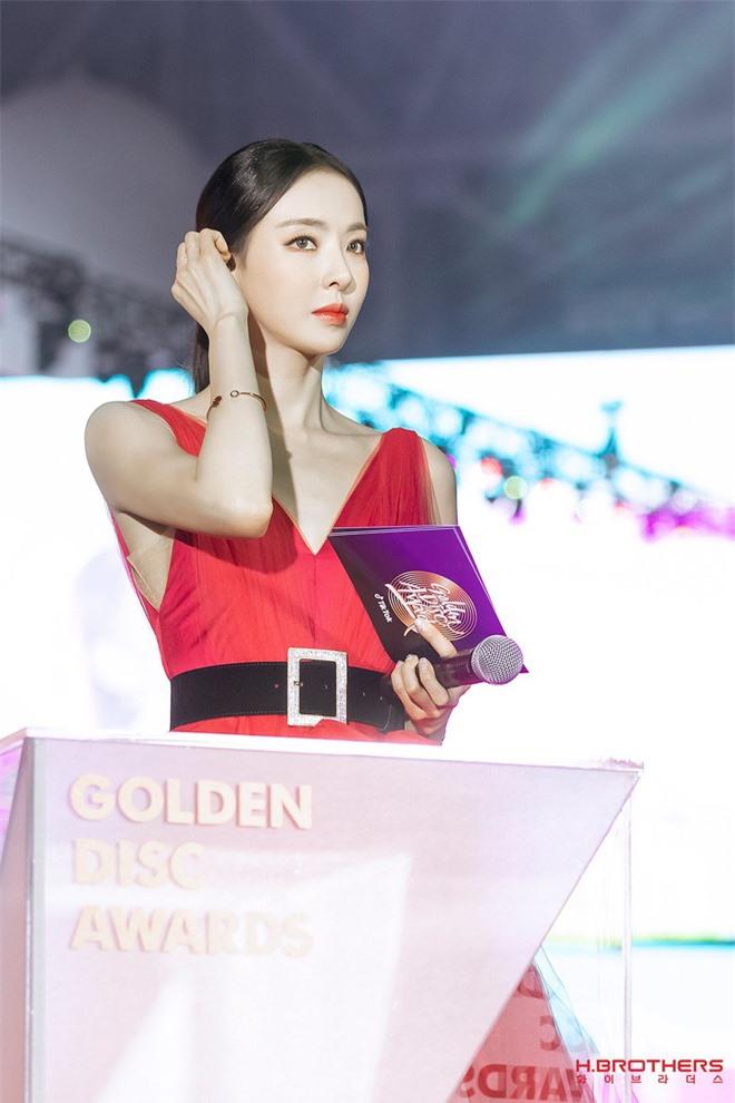 Ảnh hậu trường của ác nữ Lee Da Hee ở Grammy Hàn: Đẹp cỡ nào mà lấn át cả Kim Tae Hee và BTS? - Ảnh 12.