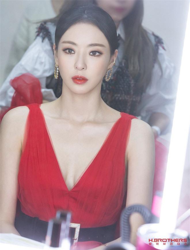 Ảnh hậu trường của ác nữ Lee Da Hee ở Grammy Hàn: Đẹp cỡ nào mà lấn át cả Kim Tae Hee và BTS? - Ảnh 4.