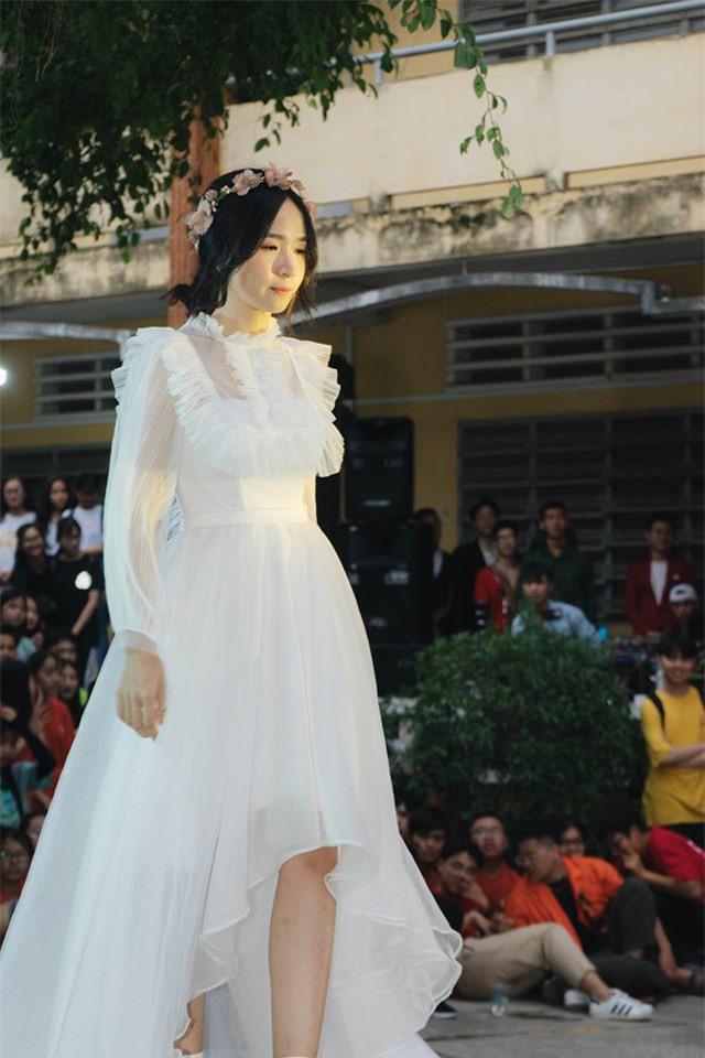 Diện váy trắng thi văn nghệ, nữ sinh Long An gây sốt với nhan sắc được ví như thần tiên tỉ tỉ khiến cả trai lẫn gái đều mê tít - Ảnh 2.