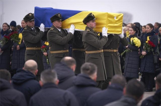 Ukraine đưa thi thể các nạn nhân vụ tai nạn máy bay ở Iran về nước - Ảnh 1.