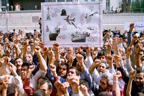 Hàng ngàn người Iran dự lễ tang tập thể cho các nạn nhân vụ rơi máy bay Iran sau khi bị tàu chiến Mỹ bắn. Họ đồng thời biểu tình phản đối Mỹ. Ảnh: AP.