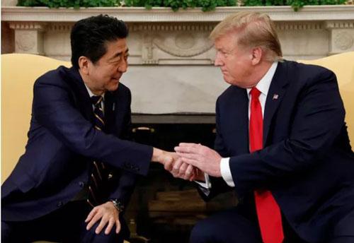 Tổng thống Mỹ Donald Trump (phải) và Thủ tướng Nhật Bản Abe Shinzo. (Ảnh: Reuters)