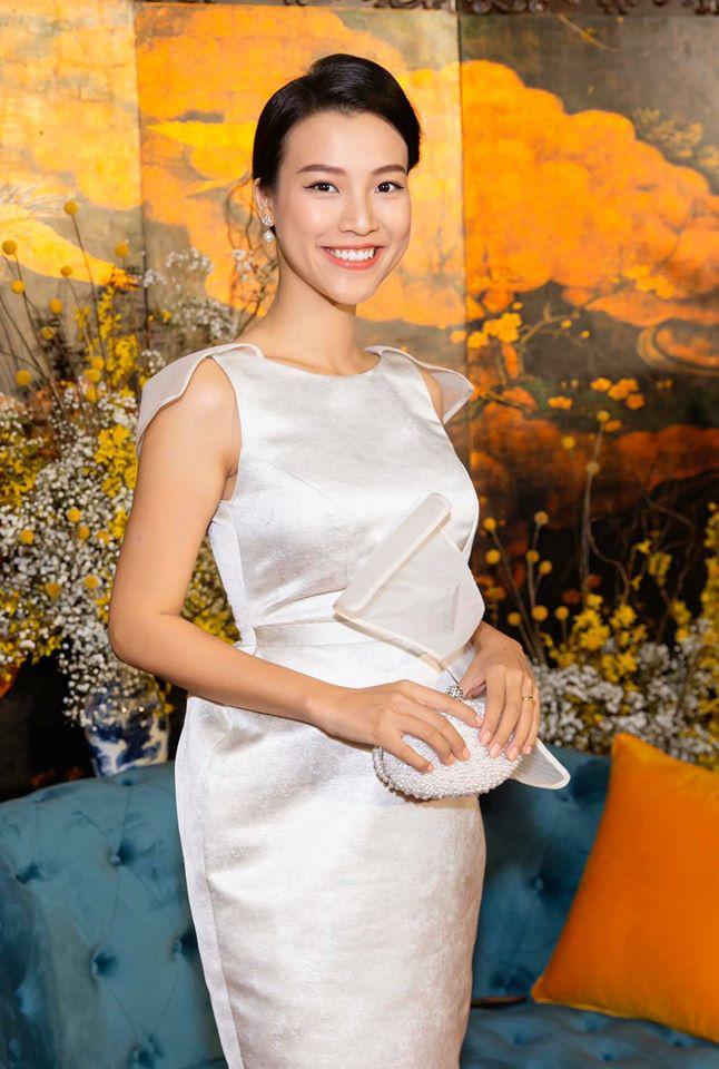 """Hoàng Oanh tươi tắn trong thai kì, nữ MC khéo léo chọn chiếc váy """"hack dáng"""" đỉnh cao"""