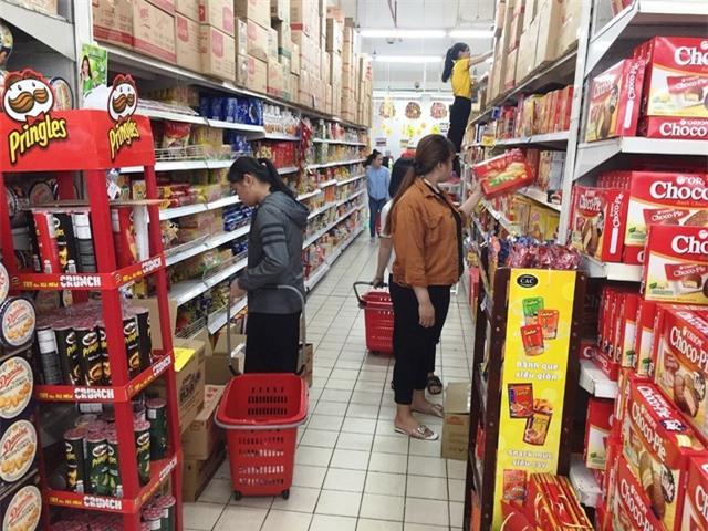 Cận Tết, gian hàng bánh kẹo, dầu ăn tấp nập khách, sức mua tăng gấp 4 ngày thường - 1