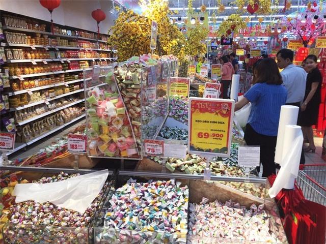 Cận Tết, gian hàng bánh kẹo, dầu ăn tấp nập khách, sức mua tăng gấp 4 ngày thường - 2