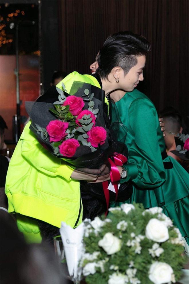 Cuối cùng Hoàng Thùy Linh cũng đăng ảnh bên Gil Lê, lại còn ôm nhau cực tình đủ làm netizen phát sốt - Ảnh 1.