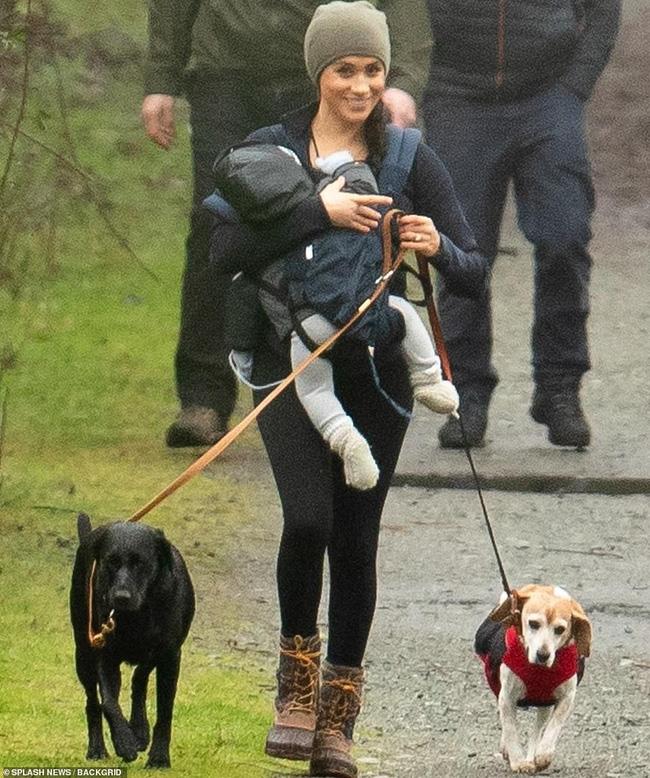 Trong khi Meghan Markle bồng con trai dắt chó đi dạo thì Harry cũng đã rời Anh để tới Canada đoàn tụ với vợ con