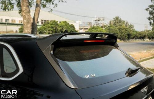 Ở phần đuôi xe, gói nâng cấp mang đến một diện mạo khá thể thao cho Bentayga khi trang bị một cánh gió cỡ lớn gắn cố định trên nắp cốp sau, đồng thời là hai miếng ốp carbon cho viền kính hậu. (Ảnh: Carpassion).