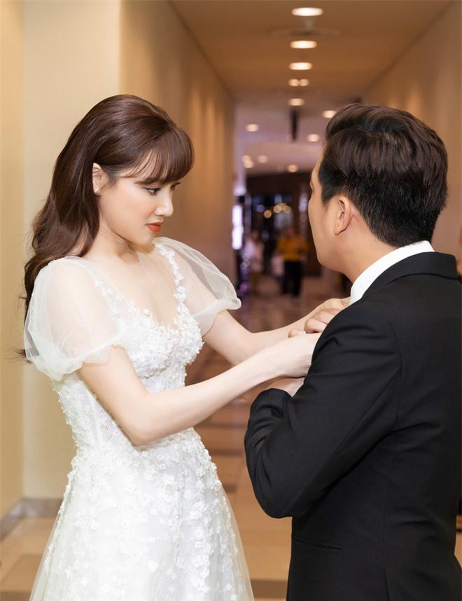 Nhã Phương lại gây sốt với khoảnh khắc chăm sóc Trường Giang cực chu đáo nhưng netizen chỉ dán mắt vào body của cô - Ảnh 1.