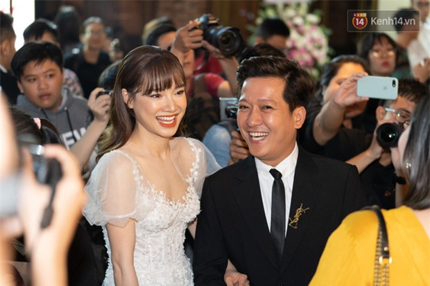 Nhã Phương lại gây sốt với khoảnh khắc chăm sóc Trường Giang cực chu đáo nhưng netizen chỉ dán mắt vào body của cô - Ảnh 3.