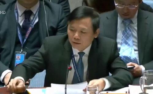 Đại sứ Đặng Đình Quý chủ trì phiên thảo luận.